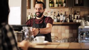 Mężczyzna lub kelnera porci klient w sklep z kawą zdjęcie wideo