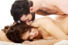Mężczyzna lying on the beach na kobietach w sypialni Zdjęcia Royalty Free