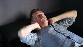 Mężczyzna lying on the beach na leżance z migreną zbiory wideo