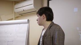 Mężczyzna mówienie na wykładzie zdjęcie wideo