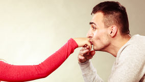 Mężczyzna męża całowania kobiety ręka pary miłość Zdjęcia Royalty Free