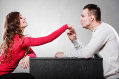 Mężczyzna męża całowania kobiety ręka pary miłość Obrazy Royalty Free