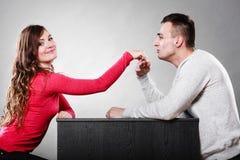 Mężczyzna męża całowania kobiety ręka pary miłość Zdjęcia Stock