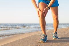 Mężczyzna ma ból w jego kolanie Fotografia Royalty Free
