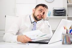 Mężczyzna ma problem w biurze Zdjęcie Stock