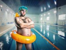 Mężczyzna ma zabawę w basenie Zdjęcia Royalty Free
