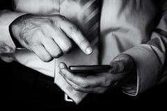 Mężczyzna macanie i mienie ekranizujemy lub pokaz z palcem telefon komórkowy, telefon komórkowy lub smartphone, Zdjęcia Royalty Free