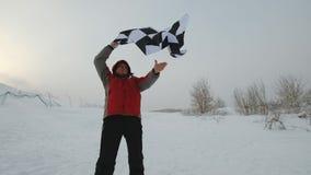Mężczyzna macha koniec flaga przy zimą zdjęcie wideo
