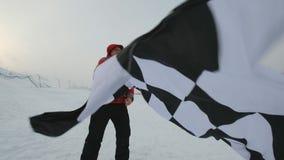 Mężczyzna macha koniec flaga przy zimą zbiory