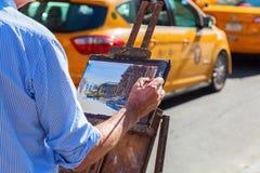 Mężczyzna maluje Wielkomiejskiego muzeum sztuki w Manhattan, NYC Obraz Stock