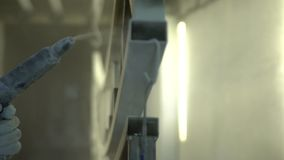 Mężczyzna maluje z kiścią żelaznego projekt Zamyka up kiść farba Przemysł ciężki - przemysłowy obraz zbiory