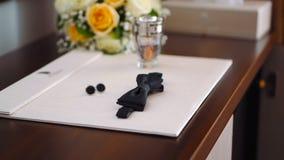 Mężczyzna mankiecika i motyla połączenia i wieczór pachnidło na stole zbiory