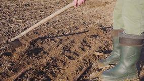 Mężczyzna manualy kultywuje ziemię z motyki zakończeniem up zbiory wideo