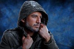 Mężczyzna marznięcie w zimnej pogodzie zdjęcia stock