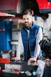 Mężczyzna mechanik w samochodowym garażu Zdjęcia Royalty Free