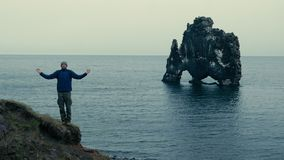 Mężczyzna medytuje na góra szczycie zdjęcie wideo