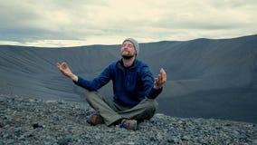 Mężczyzna medytuje na góra szczycie zbiory