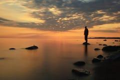 Mężczyzna medytuje na jezioro wodzie Fotografia Stock