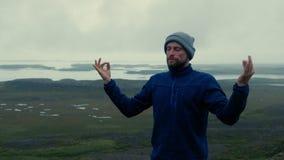 Mężczyzna medytuje na lodowiec lagunie zdjęcie wideo