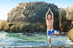 Mężczyzna medytuje w drzewnej pozyci fotografia royalty free
