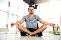 Mężczyzna medytuje w sprawności fizycznej gym Zdjęcie Royalty Free