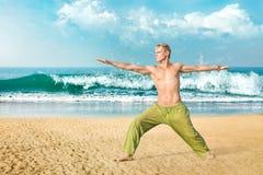 Mężczyzna medytuje w wojownik pozie Obraz Royalty Free