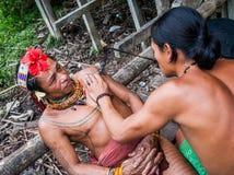Mężczyzna Mentawai plemię robi tatuażowi Obrazy Stock