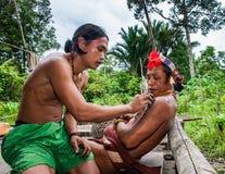 Mężczyzna Mentawai plemię robi tatuażowi Fotografia Stock