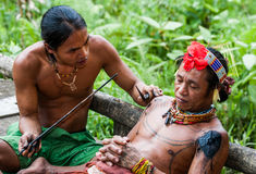 Mężczyzna Mentawai plemię robi tatuażowi Zdjęcia Stock