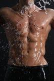 mężczyzna mięśnia deszczu seksowna półpostać pod mokrymi potomstwami Zdjęcia Stock