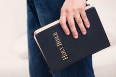 Mężczyzna mienia biblia Jego strona obrazy stock