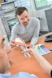 Mężczyzna mienia colour mapy w konsultacji z parą Obrazy Stock