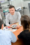 Mężczyzna mienia colour próbki w konsultacji z parą Zdjęcie Royalty Free