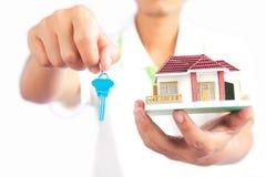 Mężczyzna mienia domu klucz Zdjęcie Royalty Free