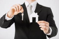 Mężczyzna mienia domu klucze i papieru dom Obrazy Royalty Free