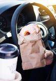 Mężczyzna mienia donuts rzemiosła bagcoffee filiżanka Fotografia Royalty Free