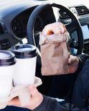 Mężczyzna mienia donuts rzemiosła bagcoffee filiżanka Zdjęcia Royalty Free