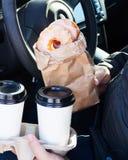 Mężczyzna mienia donuts rzemiosła bagcoffee filiżanka Obraz Royalty Free
