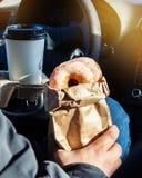Mężczyzna mienia donuts rzemiosła bagcoffee filiżanka Fotografia Stock