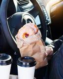 Mężczyzna mienia donuts rzemiosła bagcoffee filiżanka Zdjęcie Stock