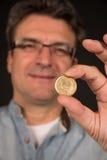 Mężczyzna mienia drachmy Grecka moneta Fotografia Stock