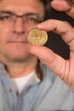 Mężczyzna mienia drachmy Grecka moneta Zdjęcia Stock