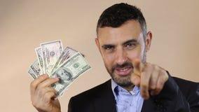 Mężczyzna mienia gotówki pieniądze zbiory wideo
