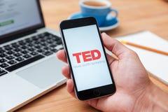 Mężczyzna mienia iphone 6 pokazuje TED app Obraz Royalty Free