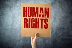 Mężczyzna mienia kartonu papier z prawa człowieka tytułem Obrazy Stock