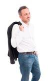 Mężczyzna mienia kostiumu kurtka nad jego ramieniem Fotografia Stock
