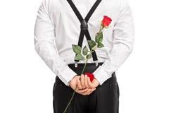 Mężczyzna mienia kwiat i czerwony pudełko za jego z powrotem Obrazy Stock