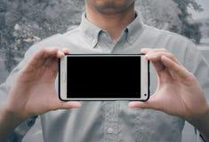 Mężczyzna mienia mobilny mądrze telefon Fotografia Royalty Free