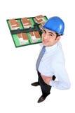 Mężczyzna mienia model budynki mieszkalne Zdjęcie Stock