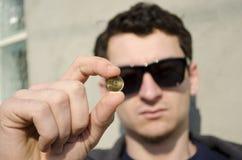 Mężczyzna mienia moneta Obrazy Royalty Free